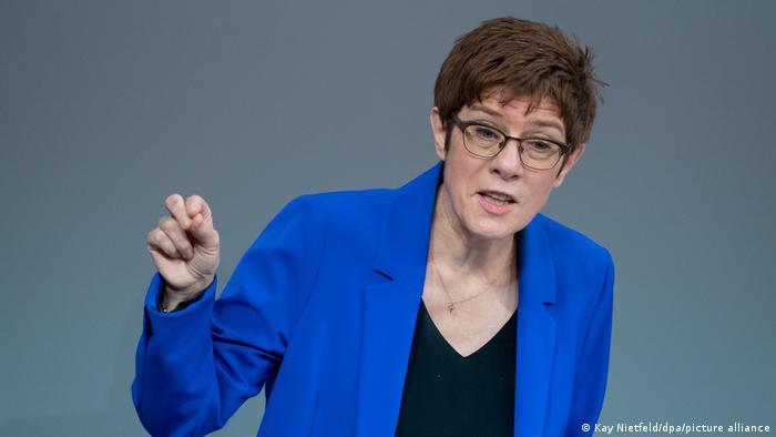 Annegret Kramp-Karrenbauer spricht im Parlament