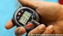 Ein Trainer steht am Donnerstag (12.04.2007) in Berlin bei den deutschen Meisterschaften der Schwimmer beim Training mit einer Stoppuhr in der Hand am Beckenrand. Foto: Gero Breloer +++(c) dpa - Report+++