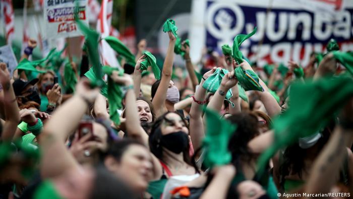 O Senado da Argentina aprovou a legalização do aborto, decisão celebrada por milhares de mulheres que acompanharam a votação de mais de 12 horas em frente ao Congresso. A legalização do aborto até a 14ª semana de gestação era uma promessa do presidente Alberto Fernández e já havia sido aprovada pela Câmara dos Deputados. O texto foi aprovado por 38 votos contra 29, além de uma abstenção. (30/12)