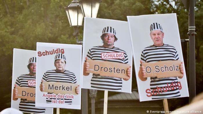 Cartazes de manifestação contra restrições antipandemia na Alemanha