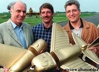 Немецкие  инженеры с действующими моделями
