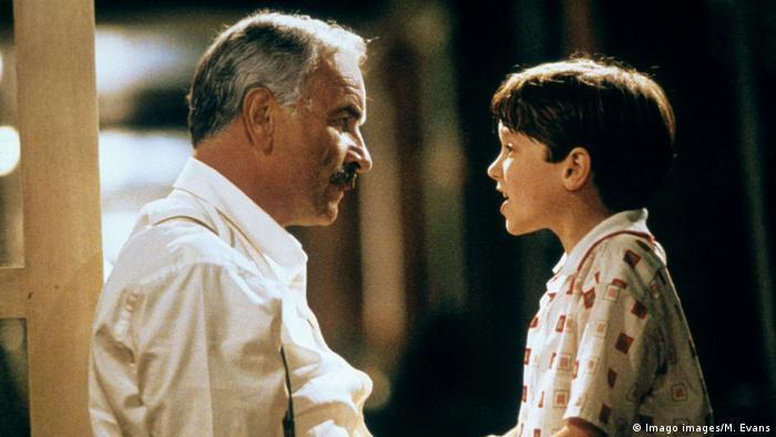 Armin Müller-Stahl als russisch-jüdischer Immigrant Sam Krichinsky mit dem kindlichen Michael Kaye (Elijah Wood) in Avalon (1990)