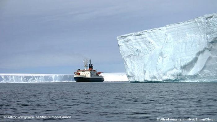 Das Polarforschungsschiff Polarstern in der Antarktis. (Foto: Alfred-Wegener-Institut/Simon)