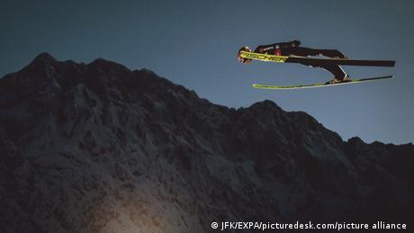 Karl Gajger (27) će ovu godinu pamtiti po nečem mnogo boljem od korone. Nemački ski skakač uskoro postaje otac, a tokom vikenda je u Planici u Sloveniji postao prvak sveta sa ukupno manje od pola metra prednosti. Da vikend ipak ne bude savršen za Gajgera pobrinuli su se Norvežani koji su ispred Nemaca osvojili timsko zlato.