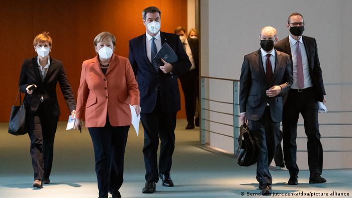 Меркель, Шольц, Зёдер и Мюллер идут в масках