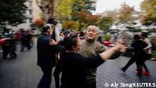 Pessoas dançam em parque de Wuhan