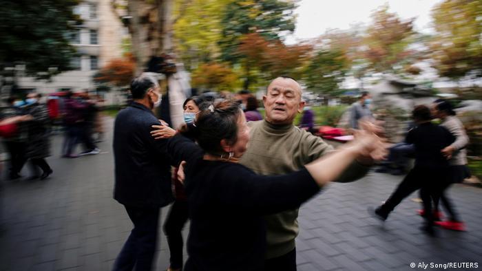 Пары танцуют в одном из парков Уханя