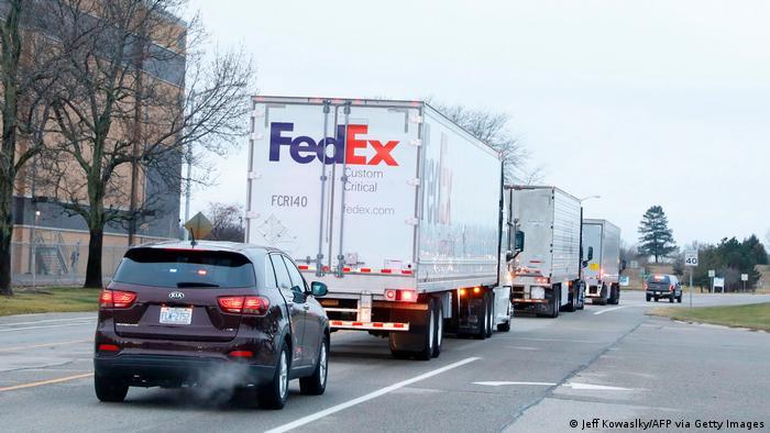 Camiones que transportan el primer lote de vacuna Pfizer / BioNTech acompañados por el servicio de policía de Estados Unidos en Kalamazoo, Michigan (13/12/2020)
