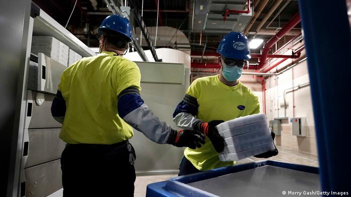 USA | Der Pfizer BionTech Impfstoff verlässt in Kalamazoo das Lager