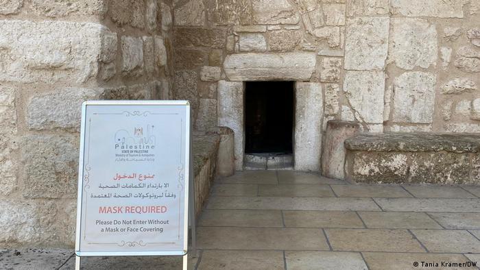 مدخل كنيسة المهد في بيت لحم ـ بسبب الجائحة تبقى الكنيسة خالية من الزوار