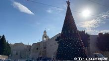 Der Weihnachtsbaum wird geschmückt. Normalerweise ist die Weihnachtszeit eine festliche und bunte Angelegenheit in Bethlehem. Aber durch Corona-Pandemie werden Feierlichkeiten und Messen beschränkt und im Fernsehen oder Internet übertragen. Bilder aus Bethlehem zur Weihnachtszeit 2020 Tania Krämer/DW Ort: Bethlehem, occupied Palestinian Territories (West Bank) Datum: 25.11.2020