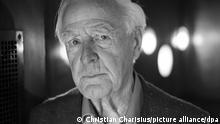 John le Carre, britischer Schriftsteller und Spionageexperte, aufgenommen bei einem Interview mit der Deutschen Presse-Agentur (dpa). Der britische Schriftsteller ist tot. (Wiederholung mit verändertem Bildausschnitt)