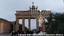 Deutschland Berlin Chanukka-Leuchter Brandenburger Tor