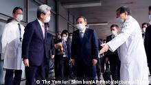 Japan Yoshihide Suga besichtigt Krankenhaus