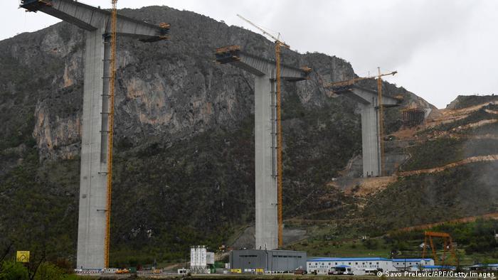 Опори мосту недобудованого за гроші Китаю шосе у Чорногорії (фото зроблене 2019 року)