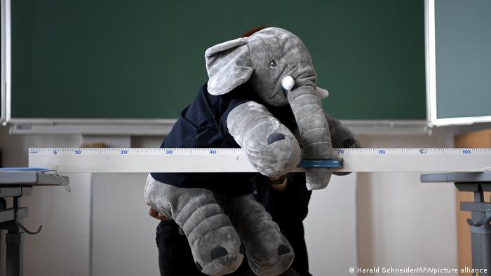 Ein Plüsch-Elefant hängt über einen Zentimetermaß