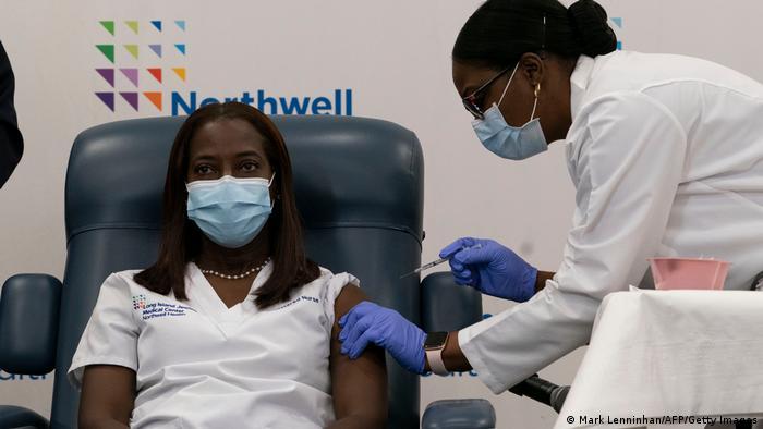 USA New York | Krankenschwester Sandra Lindsay bekommt Covid-19 Impfung