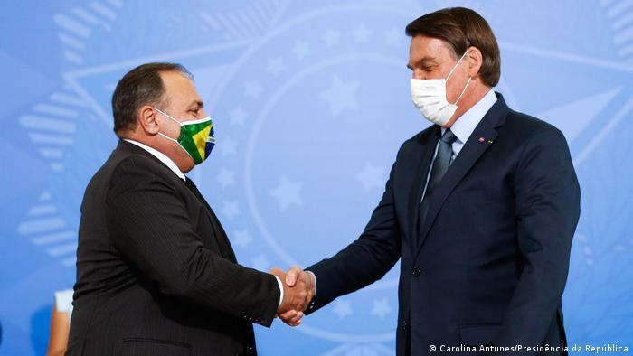 O ministro da Saúde, Eduardo Pazuello, aperta a mão do presidente Jair Bolsonaro