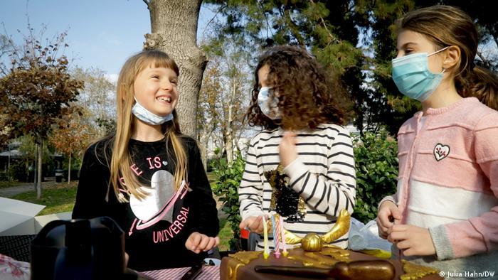 Geburtstagsfeier von Kindern draußen mit Maske in Istanbul