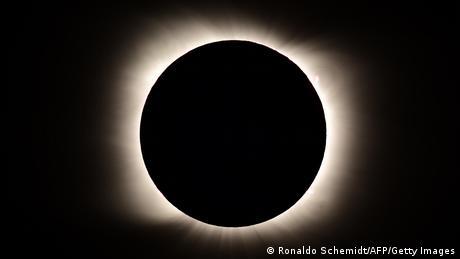 Potpuno pomračenje Sunca, jedino ove 2020. godine, najbolje je moglo da se vidi iz Južne Amerike. Ova fotografija zabeležena je iz Pjedre del Akvile u Argentini.
