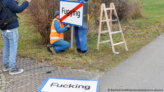 Österreich Wechsel des Ortsschildes des Ortes Fucking auf Fugging