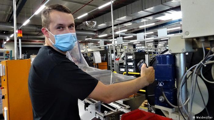 Kevin Walther, der bei der TWG (Thüringischen Weidmüller GmbH), Maschinen bedient, spart dank Digitalisierung einige Wege