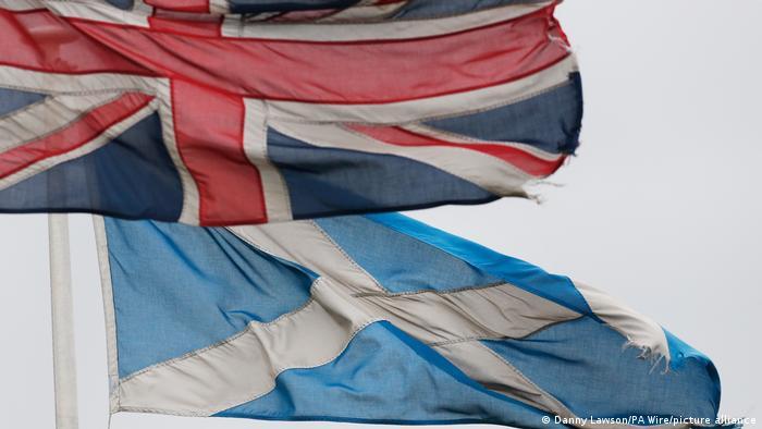 Die britische und die schottische Flagge wehen im Wind