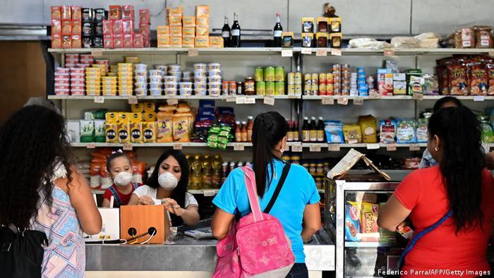 Mujeres en una tienda de alimentos en Guiria, Venezuela.
