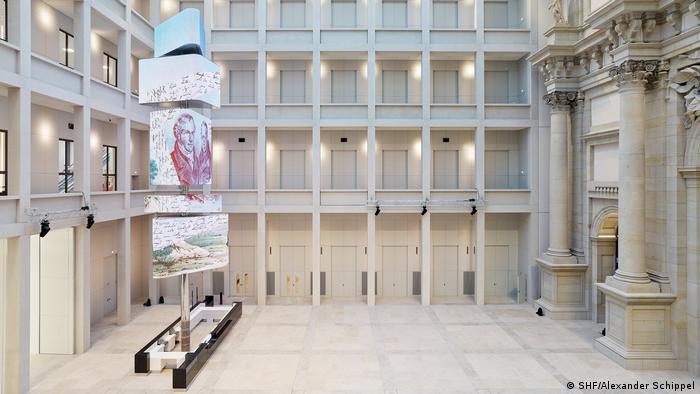 Foyer des Humboldt Forums mit Säulen und Galerien