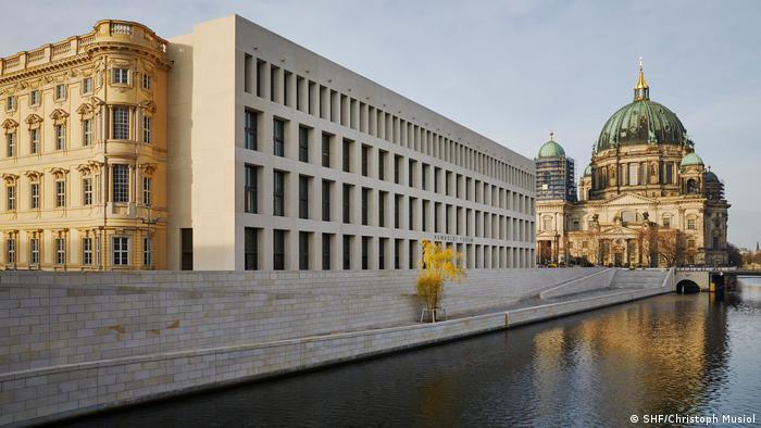 Humboldt Forum an der Spree, im Hintergrund der Berliner Dom