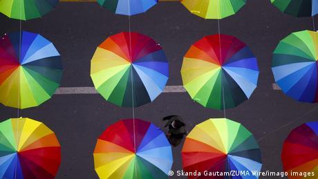 BdTD Nepal Regenschirme verschönern eine Straße in Kathmandu