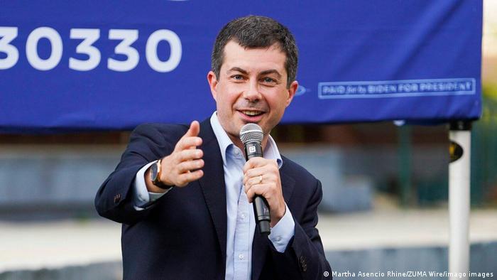 Пит Буттиджич с микрофоном во время предвыборной компании