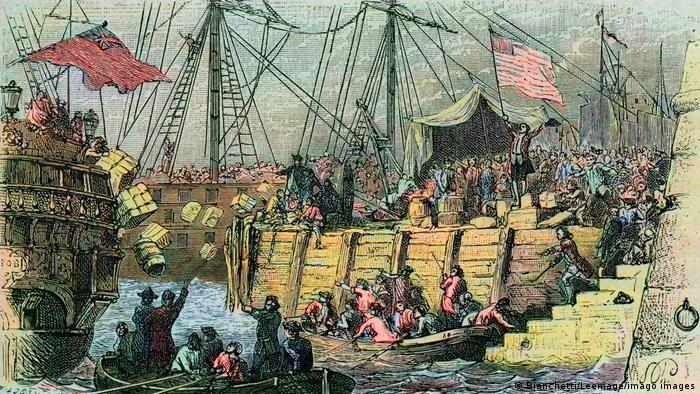 Gravura mostra pessoas jogando caixas a partir de navios para o mar