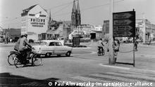 5-B25-D7-1960 (180571) Bonn, Straßenkreuzung / Foto 1960 Bonn (Nordrhein-Westfalen). - Verkehrsszene an einer Straßen- kreuzung. - Foto, 1960, handschriftl. bez.: 'Bonn 1960'. Aus einer Serie: 'Allemagne - Bonn'. F: Bonn (Rhénanie-du-Nord-Westphalie). Bonn (Rhénanie-du-Nord-Westphalie). - Circulation à un croisement. - D'une série : 'Allemagne-Bonn'.