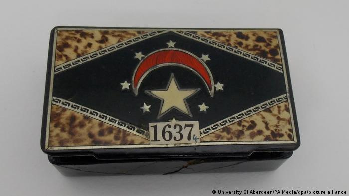 The cigar box in which the wood fragments were found