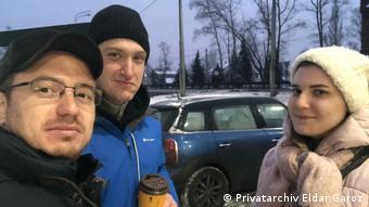 Константин Котов (в центре) с супругой Анной Павликовой и адвокатом Эльдаром Гарозом после освобождения