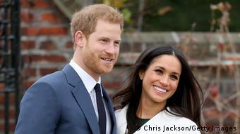 Prinz Harry und Meghan Markle lächeln für das Foto.