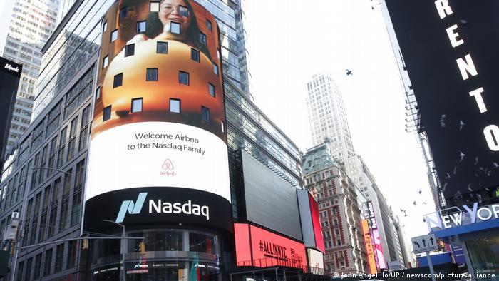 Airbnb Logo am Nasdaq in New York