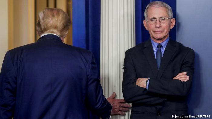 Anthony Fauci (à direita) e o presidente Donald Trump (de costas)