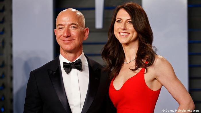 Jeff Bezos (izq.) y su ex-esposa MacKenzie Scott (archivo)