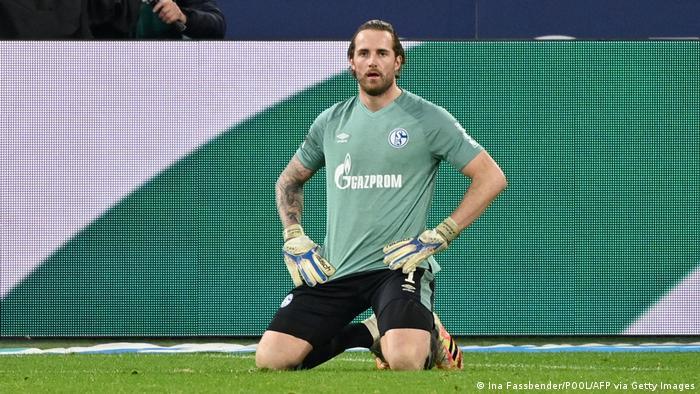 Ralf Fährmann, desolado tras un gol de Friburgo