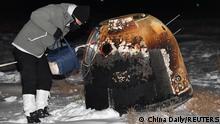 Pengambilan kapsul berisi sampel bulan