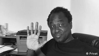 Der Aktivist Papa Latyr Faye winkt in die Kamera