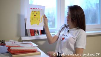 Дарья Лосик показывает рисунки мужа, которые он присылает ей в письмах из тюрьмы