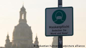 Табличка в Дрездене с призывом надеть маску