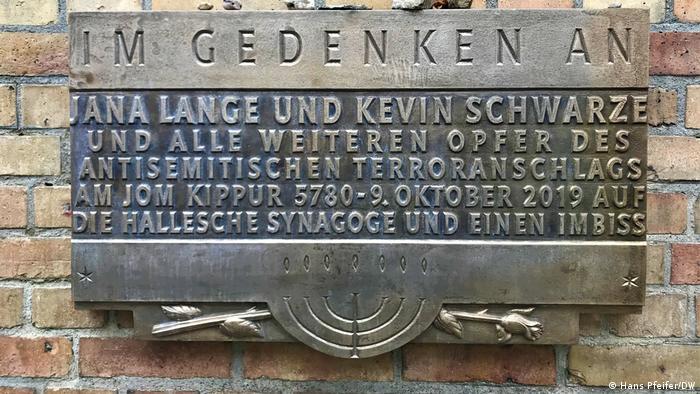 Tabla na sinagogi u Haleu u znak sećanja na napad iz oktobra 2019.