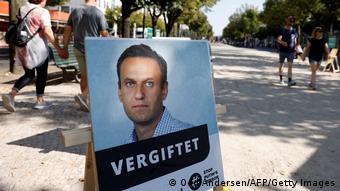 Плакат в парке - портрет Навального с подписью отравлен
