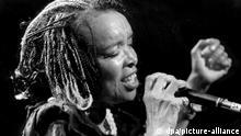 Die Sängerin Celina Pereira, eine der prominentesten Künstlerinnen ihrer westafrikanischen Inselheimat Kapverden, startet am 25. Februar ihre Tour im westfälischen Hagen (Foto vom 02.01.1999). Celina Pereira gilt neben der besonders an der musikalischen Tradition orientierten Cesaria Evora als die zweite großen Stimme ihres kleinen Heimatlandes, in dem sich das melodiöse Vermächtnis der ehemaligen portugiesischen Kolonialherren mit den kraftvollen Rhythmen verschleppter Sklaven aus dem nahen Westafrika vermischen. dpa (Zu dpa: Tropenmusik gegen Winterfrust: Celina Pereira startet Tour in Hagen vom 09.02.1999) +++ dpa-Bildfunk +++