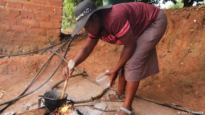 Una señora cocinando lombrices.