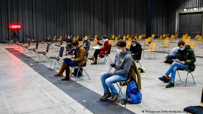 Студенти під час репетиції масового щеплення у спеціальному центрі вакцинації в німецькому Фрайбурзі